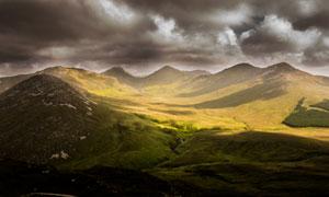 乌云笼罩下的群山风光摄影高清图片