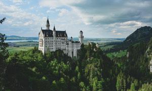 树林掩映中的城堡风光摄影高清图片