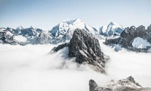 积雪覆盖下的山峰风光摄影高清图片
