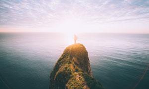 站在大海边小山丘上的人物高清图片