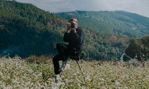 正在拍摄风景的摄影师人物高清图片