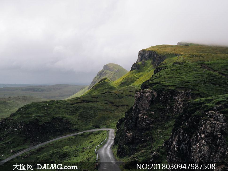 词: 高清图片大图素材摄影自然风景植被绿色山坡公路小路道路山峦高山