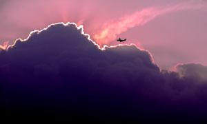 云彩与飞越云端的飞机摄影高清图片