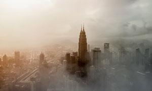 灰蒙蒙雾气中的城市建筑群高清图片