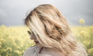戴墨镜的红唇金发美女摄影高清图片