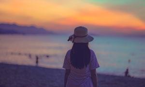 海边戴帽子的女孩人物背影高清图片