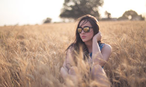 坐在麦田里的美女人物摄影高清图片