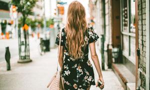 走在大街上的长发女郎摄影高清图片