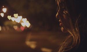 夜色烘托下的卷发美女摄影高清图片