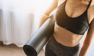 拿着瑜伽垫的健身美女摄影高清图片