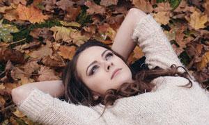 躺在落叶上的美女人物摄影高清图片