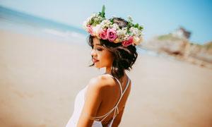沙滩上的鲜花发饰美女摄影高清图片