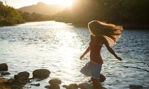 在河边的飘逸长发美女摄影高清图片
