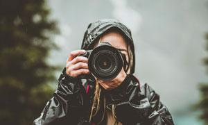 冒雨拍照的摄影师人物摄影高清图片