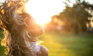 甩动秀发的无袖庄美女逆光摄影图片