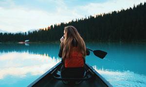 湖面上划船的美女人物摄影高清图片
