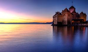 海面上的古城堡夕阳美景摄影图片