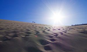 清晨阳光下沙漠美景摄影图片