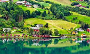 山脚美丽的湖泊和民房摄影图片