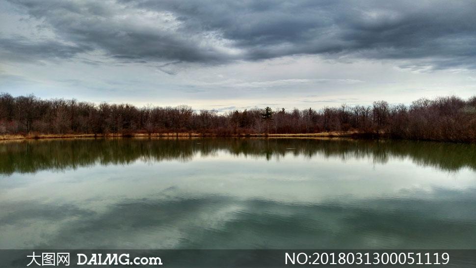 野外平静的湖泊美景摄影图片