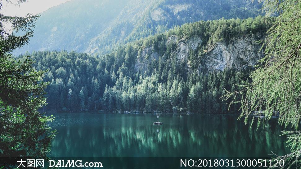 山间平静的湖泊美景摄影图片
