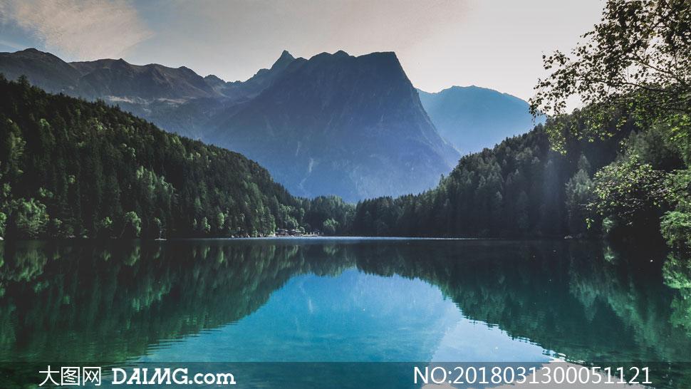 大山深处美丽的湖泊摄影图片