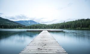 湖泊中木桥美丽风光摄影图片