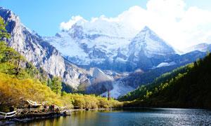 雪山下平静的湖泊高清摄影图片