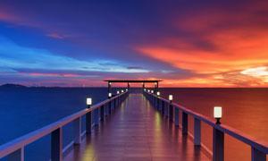 海边夕阳下美丽的木桥摄影图片