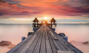 夕阳下海边木桥美景摄影图片