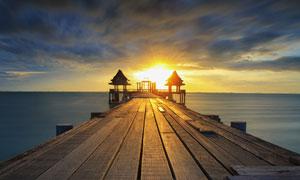 夕阳下海边栈桥美景摄影图片