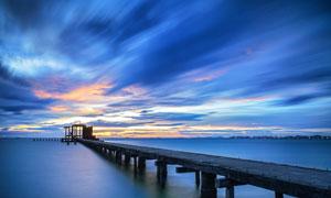 黄昏下海上栈桥景观摄影图片