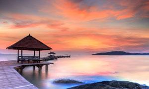 美丽的海上晚霞和木桥摄影图片