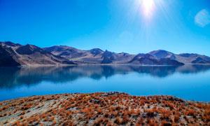 蓝天下的湖泊景色摄影图片