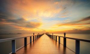 金色的海边栈桥夕阳美景摄影图片