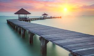 夕阳下海边美丽的栈桥摄影图片