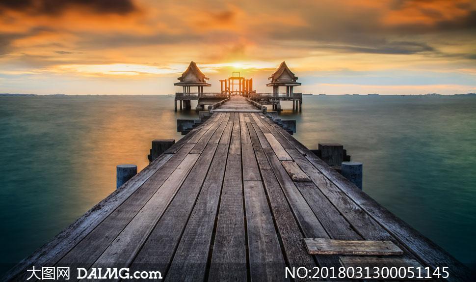 海边木桥和码头夕阳摄影图片