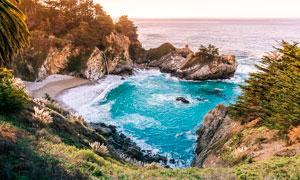 海边悬崖和礁石摄影图片