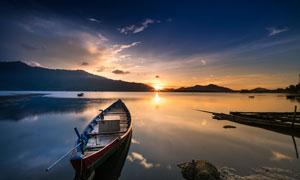 夕阳下湖边停泊的小船摄影图片