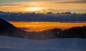 夕阳下雪山美景摄影图片