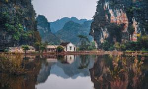 山间宁静的湖边民房摄影图片