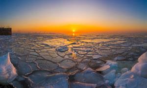 冬季海边浮冰夕阳美景摄影图片