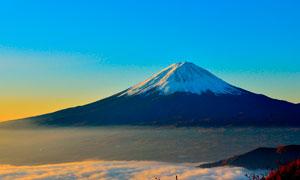 富士山下美丽云雾摄影图片