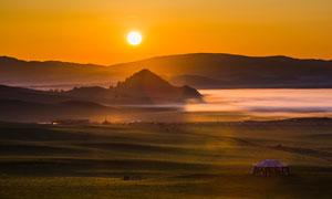 夕阳下的草原美景摄影图片