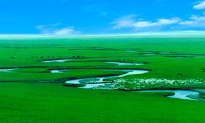 草原上弯曲的河流摄影图片