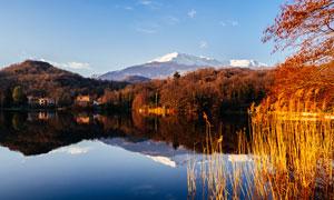 秋季雪山下美丽的湖泊摄影图片