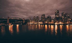 河边城市夜景灯光摄影图片