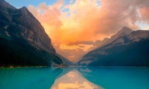 大山脚下湖泊夕阳美景摄影图片