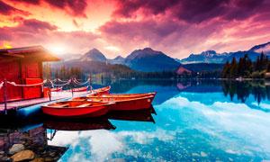 湖边停泊的小舟夕阳美景摄影图片
