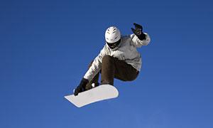 蔚蓝天空滑雪运动人物摄影高清图片